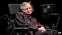 L'astrophysicien Stephen Hawking author d'un bestseller de physique lors d'une conférence a Seatle, au Festival Luminaries Series, le 2 juin 2012.