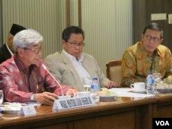 Menteri Agama Lukman Hakim Syaifuddin (kanan) dan Wakil Menteri Luar Negeri AM Fachir (kiri) di gedung MPR/DPR Senayan, Jakarta. (VOA/Fathiyah Wardah)