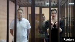 Marija Kalesnikova i Maksim Znak u kavezu tokom pretresa u sudnici u Minsku, 6. septembar 2021. (Foto: Reuters/Ramil Nasibulin/BelTA/Handout)