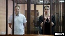 Opozicione ličnosti Marija Kalesnikova i Maksim Znak u kavezu, tokom pretresu u sudnici u Minsku, 6. septembra 2021. (Foto: Reuters/Ramil Nasibulin/BelTA/Handout)