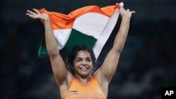 Vđv Sakshi Malik của Ấn Độ ăn mừng huy chương đồng sau chiến thắng trước Aisuluu Tynybekova đến từ Kyrgyzstan trong môn đấu vật tự do nữ hạng 58 kg tại Thế vận hội mùa hè năm 2016 Rio de Janeiro, Brazil, ngày 17 tháng 08 năm 2016.