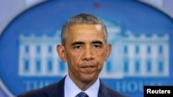 美国总统奥巴马星期天下午在白宫新闻室向奥兰多夜总会凌晨枪击事件中丧生的死难者的亲人表示哀悼。(2016年6月12日)