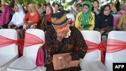 Seorang veteran tentara di Makassar menangis saat menghadiri upacara untuk menghormati para korban Kapten Angkatan Darat Belanda Raymond Westerling yang memimpin pasukan di Sulawesi pada perang 1940an. (AFP Photo)