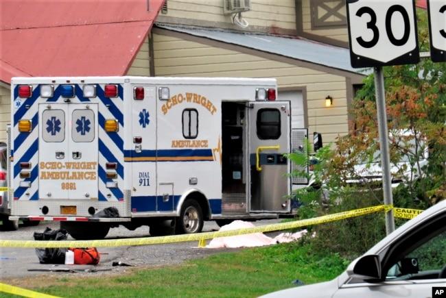 En esta foto del sábado 6 de octubre de 2018, un cuerpo está cubierto con una manta en el lugar de un accidente fatal en Schoharie, N.Y. (Tom Heffernan Sr. a través de AP).