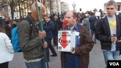 為參加去年5月6日反政府示威被捕的政治犯收集捐款,4月17日莫斯科支持納瓦里內集會。(美國之音白樺拍攝)