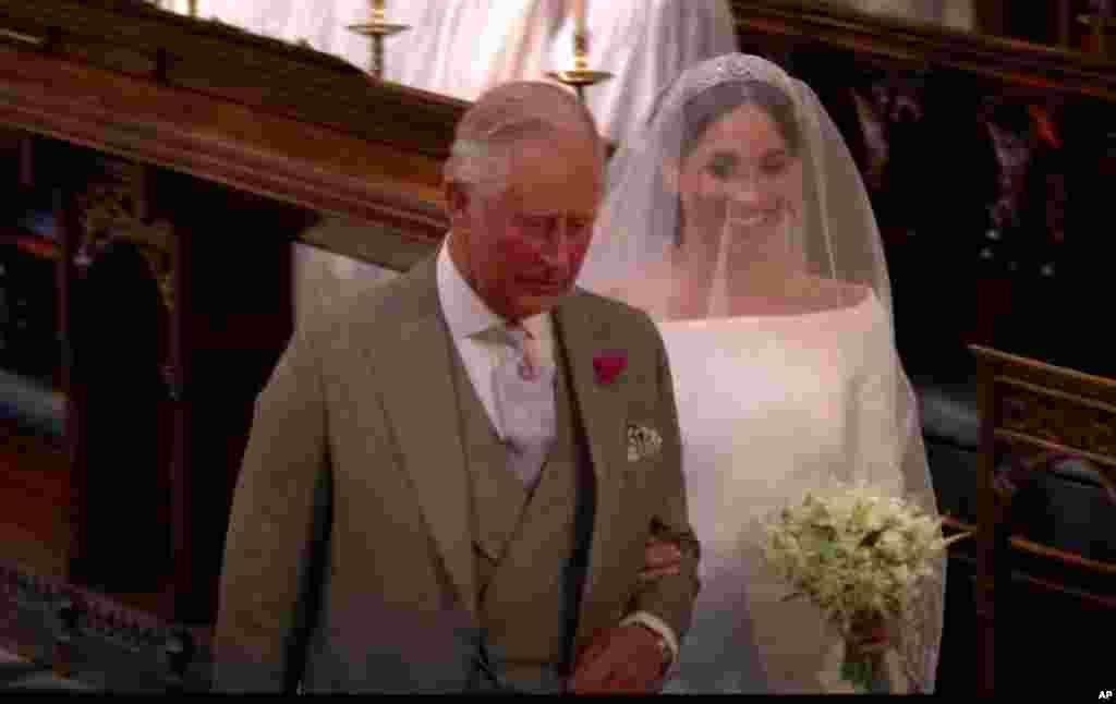 El príncipe Carlos, hijo mayor de la reina Isabel II del Reino Unido, acompaña aMeghan Markle al altar, tras la ausencia de su padre Thomas Markle, quien tuvo que someterse a una cirugía cardiaca que le impidió viajar, luego de una serie de polémicas que humillaron a la duquesa.