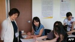 Bà Kang Sunghae và các nhân viên tư vấn tại Trung tâm Hỗ trợ Khẩn cấp cho Phụ nữ Nhập cư ở Nam Triều Tiên