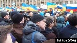 在2014年3月15日的莫斯科大規模示威遊行中,人們抗議俄羅斯吞併克里米亞並支持烏克蘭,集會現場可看到許多烏克蘭國旗。(美國之音白樺拍攝)