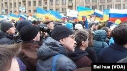 在3月15日的莫斯科大規模示威遊行中,人們抗議俄羅斯吞併克里米亞並支持烏克蘭,集會現場可看到許多烏克蘭國旗。 (美國之音白樺拍攝)