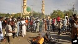 Нігерійці збираються поблизу місця вибуху бомби в Кано