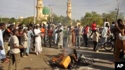 Người dân tụ tập tại hiện trường 1 vụ nổ bom ở Kano, Nigeria, 28/11/2014.