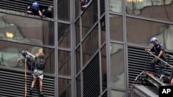پلیس سرگرم مذاکره با فردی که از ساختمان ترامپ بالا رفت.
