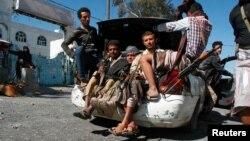 21일 예멘 타이즈 시 남서부에서 친정부 민병대가 차 트렁크에 타고 있다.