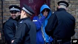 英國警方開始逮捕參與騷亂人士。