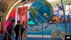 中国民众在参观一个展示中国卫星技术的展览