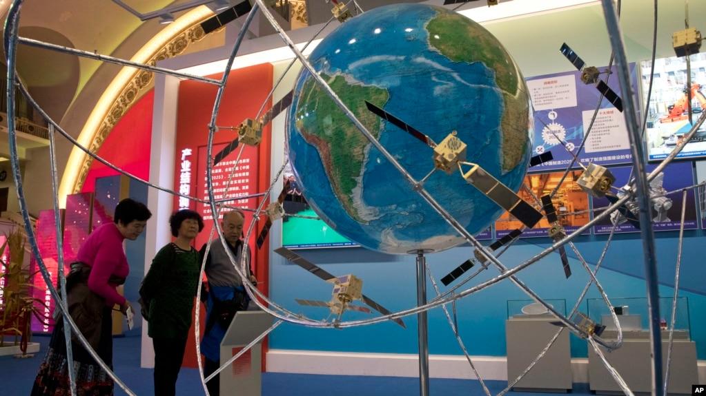 中国民众参观一个展示中国卫星技术的展览(2017年10月19日)。中国蓬勃发展的太空计划需要先进的卫星技术,以获得与美国比肩的超级大国地位。但美国的法律禁止出口卫星技术。