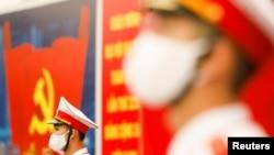 Binh sĩ đeo khẩu trang đứng gác tại Trung tâm Hội nghị Quốc gia, địa điểm tổ chức Đại hội lần thứ 13 của Đảng Cộng sản Việt Nam ở Hà Nội, ngày 28 tháng 1.