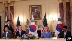 워싱턴에서 열린 미-한 외무장관 회담에 참석한 김성환 한국 외무장관(왼쪽 두번째)과 힐러리 클린턴 미 국무장관(오른쪽 두번째)