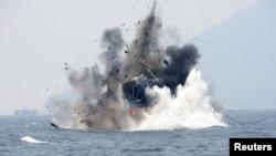 Angkatan Laut Indonesia menenggelamkan sebuah kapal asing di dekat Pulau Lemukutan, Kalbar, 18 Agustus tahun lalu (foto: dok).