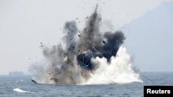 Một chiếc thuyền đánh cá nước ngoài bị tịch thu vì đánh cá bất hợp pháp bị Hải quân Indonesia cho nổ tung ngoài khơi Đảo Lemukutan, ngày 18/8/2015.