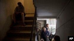 Warga Israel berlindung di bunker rumahnya setelah alarm peringatan roket Hamas berbunyi di Tel Aviv, Senin (21/7).