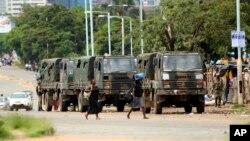 Tentara Zimbabwe dikerahkan di lokasi bentrokan antara polisi dan pengunjuk rasa di Harare, 14 Januari 2019.
