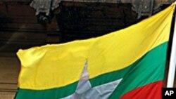 ရန္ကုန္ၿမိဳ႕ေတာ္ခန္းမတြင္ လႊင့္ထူထားသည့္ ျမန္မာႏုိင္ငံ အလံသစ္။ ေအာက္တုိဘာ ၂၁၊ ၂၀၁၀။