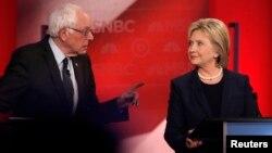 미 대선 민주당 버니 샌더스 후보(왼쪽)와 힐러리 클린턴 후보가 4일 뉴햄프셔주에서 열린 토론회에 참가했다. 첫 1:1 토론에서 두 후보는 치열한 공방을 벌였다.