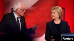 Demokratski predsednički kandidati senator Berni Sanders i bivša državna sekretarka Hilari Klinton u debati koju je organizovao MSNBC na Univerzitetu Nju Hempšira