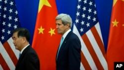 2014年7月10日美国国务卿约翰·克里(右)和中国国务院副总理汪洋到达新闻发布会