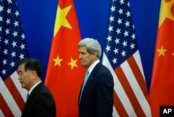 中国副总理汪洋和美国国务卿克里在北京人民大会堂(2014年7月10日)