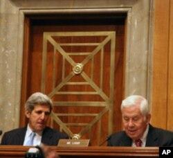参议院外交委员会主席克里(左)