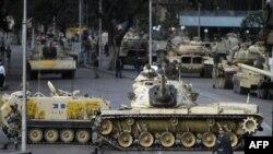 Xe tăng của quân đội Ai Cập ngăn chặn một đường phố ở thủ đô Cairo, ngày 30/1/2011
