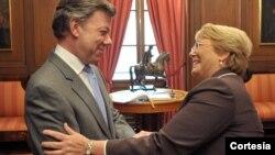 El presidente Juan Manuel Santos Calderón saluda a la ex presidenta de Chile, Michelle Bachelet, con quien se reunió este miércoles en la Casa de Nariño. [Foto: Presidencia de Colombia]