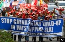 菲律宾民众2月份抗议中国在南中国海争议岛屿建造军事设施