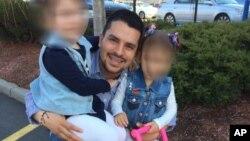 Pablo Villavicencio avec ses deux filles. (Sandra Chica via AP)