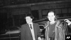 Glorija Vanderbilt i Frenk Sinatra izlaze iz hotela Berkšir u Njujorku posle zajedničkog ručka 31. decembra 1954.