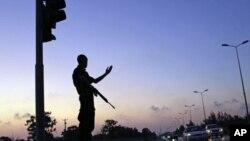 欧盟拟助利比亚建民主体制。图为判军今年6月建立的新警察正在占领区维持交通秩序。