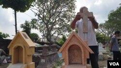Salah satu makam Kristen di Solo, yang dirusak sekelompok pemuda. Polisi masih menyelidiki dugaan doktrin intoleransi pada anak-anak yang berujung pada tindakan intoleran ini. (Foto: VOA/Yudha)