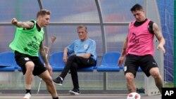Archivo. El director técnico de Uruguay, Oscar W. Tabárez (centro) durante el entrenamiento de la selección en Nizhny Novgorod, el 2 de julio de 2018.