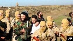 ISIL이 시리아 락까에서 요르단 군 전투기를 격추하고, 조종사를 생포했다며 공개한 사진. 가운데 흰 옷을 입은 남성이 요르단 조종사다.