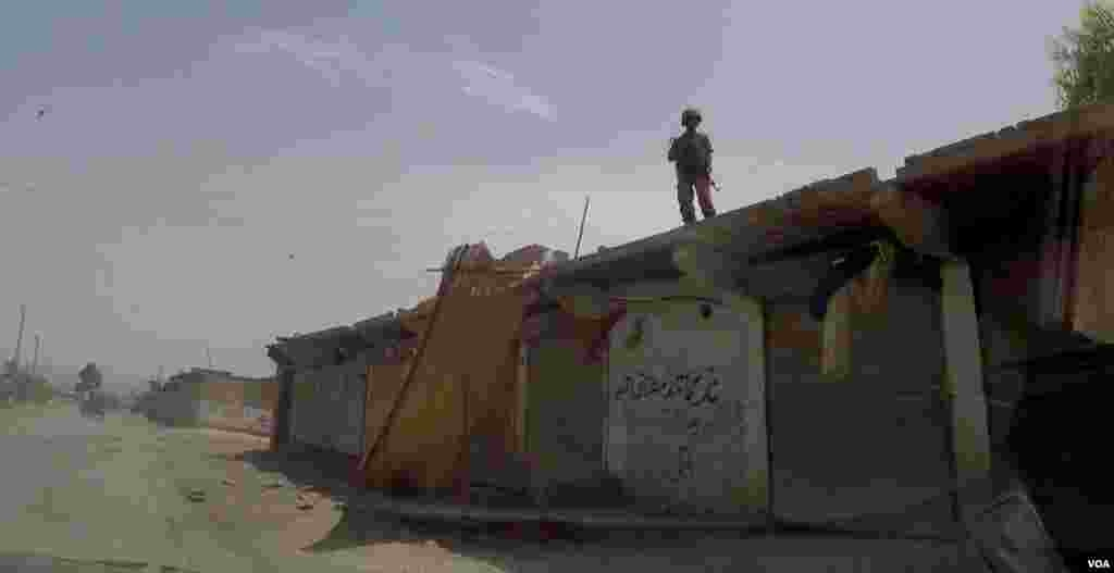 A Pakistani soldier stands on the roof of a roadside shop in Miranshah, North Waziristan, Pakistan. (Ayaz Gul/VOA)