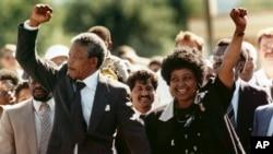 Mandela-Nelson và vợ Winniek khi ông Mandela vừa ra khỏi nhà tù tại Cape Town, Nam Phi. (ảnh chụp ngày 11/2/1990)