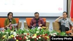 Menteri Keuangan Sri Mulyani (kiri) bersama Gubernur BI Agus Martowardojo (tengah) dan Kepala BKPM Thomas Lembong berbicara pada acara diskusi di Kementerian Komunikasi dan Informasi di Jakarta, Kamis 27/7. (Foto: Kementerian Kominfo).