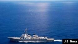 """美國海軍""""拉森號""""導彈驅逐艦在國際海域巡邏,附近有中國海軍的""""東莞號""""導彈護衛艦(2015年9月29日)"""