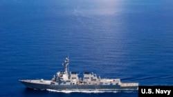 """美国海军""""拉森号""""导弹驱逐舰在国际海域巡逻,附近有中国海军的""""东莞号""""导弹护卫舰 (2015年9月29日)"""