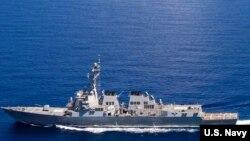 美國海軍拉森號導彈驅逐艦參加第七艦隊在南中國海巡邏行動時受到中國海軍南海艦隊東莞號護衛艦的跟踪。 (2015年9月29日)