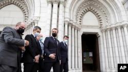 Dari kanan: Walikota Nice Christian Estrosi, Presiden Perancis Emmanuel Macron, Menteri Dalam Negeri Perancis Gerald Darmanin dan Menteri Kehakiman Eric Dupond-Moretti tiba di gereja Notre Dame di Nice, Perancis selatan, Kamis, 29 Oktober 2020.