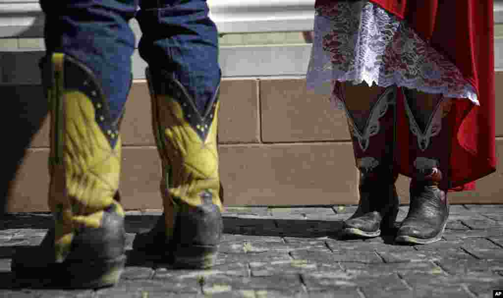 Workers stand in the winners circle following a race before the 140th running of the Kentucky Derby horse race at Churchill Downs in Louisville, Kentucky, May 3, 2014.