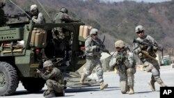 Tentara AD AS dari Divisi Infanteri 25 dan tentara Korsel dalam latihan militer bersama Foal Eagle di Pocheon, utara Seoul, ibu kota Korea Selatan, 25 Maret 2015. (Foto: AP)